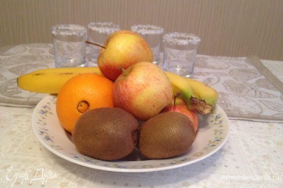Вымыть и очистить фрукты.