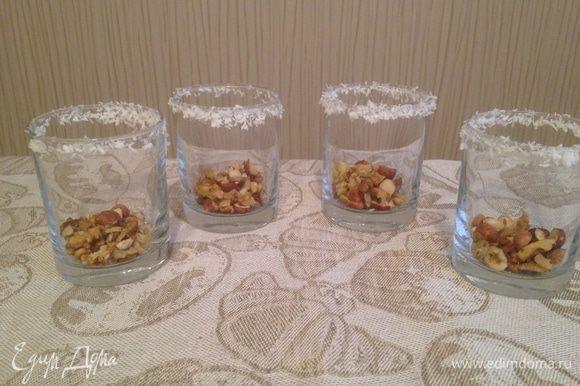Орехи крупно нарезать и насыпать на дно стаканов.