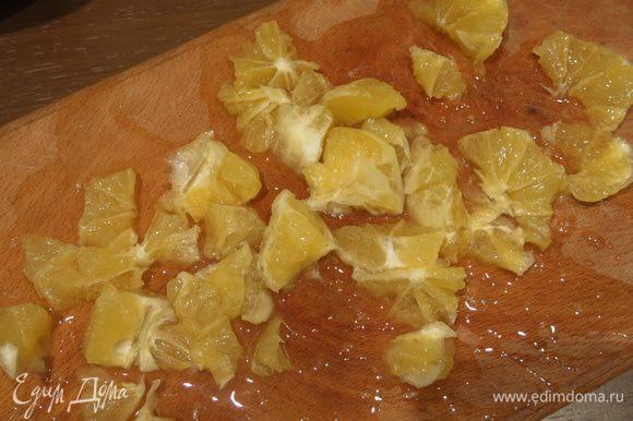 Нарезаем лимон без корочки, как я уже писала, любители горчинки лимона, кладут лимон с корочкой.