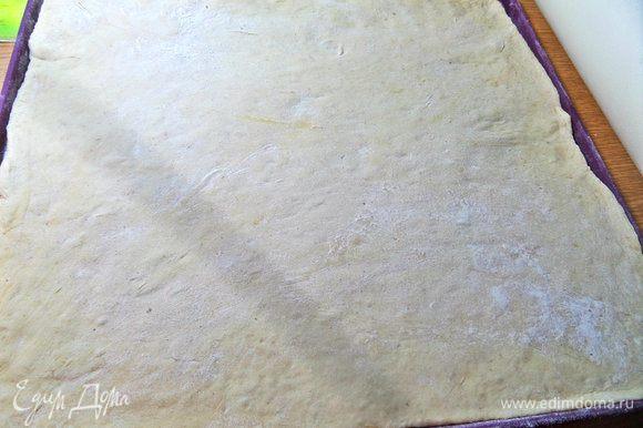 Раскатать в пласт тесто. У меня оно заняло весь силиконовый коврик 30х34 см.