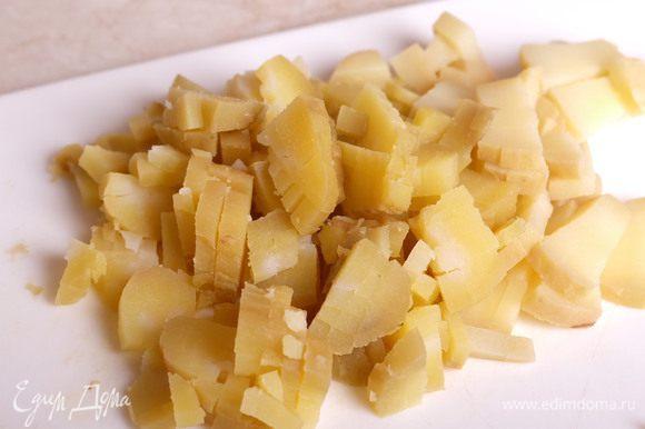 Картофель порезать мелким кубиком.