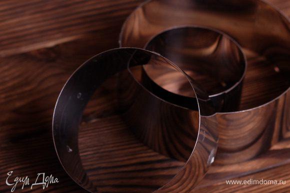 Для сборки салата потребуются 3 металлически кольца диаметром 16, 12 и 7 см.