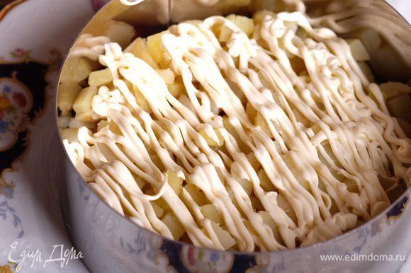 Далее картофель и майонез.