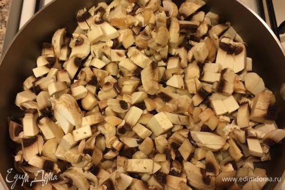 Лук мелко нарезать, потушить до золотистого цвета, затем добавить грибы. Посолить, поперчить по вкусу, накрыть крышкой и тушить 20 минут, периодически помешивая.