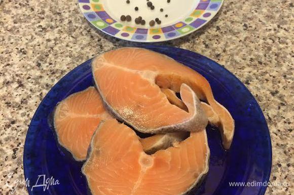 Рыбу вымыть и отварить в подсоленной воде до готовности. В воду добавить перец черный горошком, лавровый лист 3 шт. и душистый перец 5 шт.