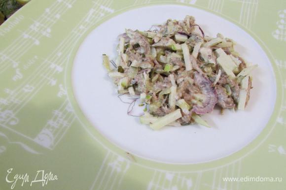 Для подачи салата на сырных тарелках, выложить немного салата по-карски на середину тарелки.