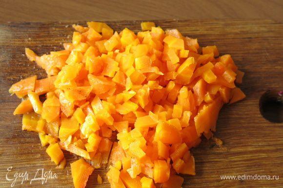 Подготовим все по списку. Морковь и яйца отвариваем. Чистим и нарезаем морковку кубиками.