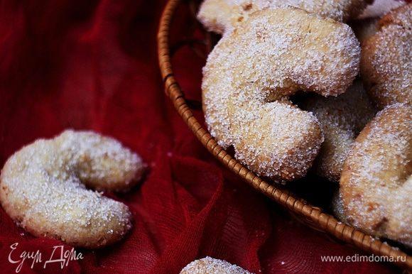 Оставляем печенье остыть примерно на 5 минут, затем обваливаем его в сахаре.
