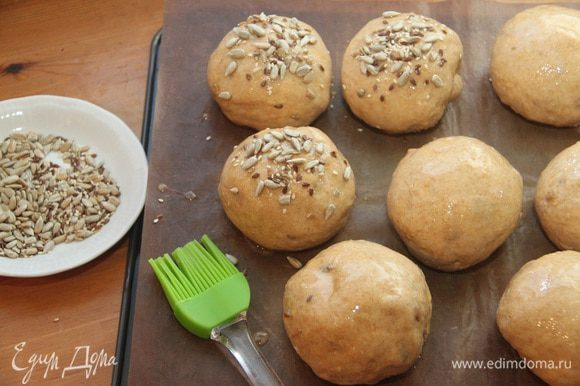 Через указанное время смазать хлеб оставшимся яйцом, посыпать оставшимися семенами. Духовку разогреть до 200°С (у Ф.В. 220°С).