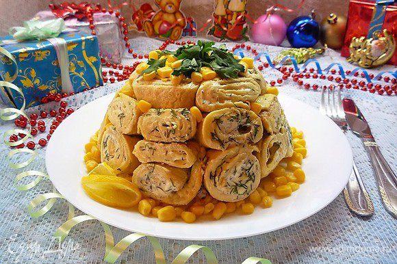 По истечении времени снимаем пленку и переворачиваем салат на плоское блюдо. Украшаем зеленью петрушки и консервированной кукурузой. Подаем на стол. Приятного аппетита.