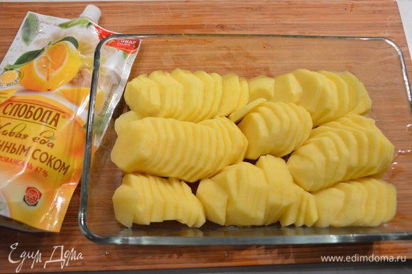 Картофель помыть, почистить и нарезать тонкими кольцами. Выложить в блюдо для запекания.