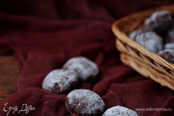 Такое печенье хранится две недели в плотно закрытой жестяной коробке в прохладном месте.