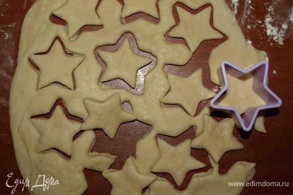 Вторую часть теста раскатываем и вырезаем формочкой любые фигурки. Выкладываем по краю пирога, смоченного водой.