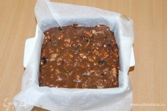 Выложите в форму застеленную пекарской бумагой. Равномерно распределите по поверхности, слегка утрамбовывая. Накройте и поставьте в холодильник до затвердевания.