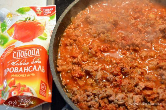 1 луковицу мелко нарезать, обжарить до золотистого цвета. Добавить фарш и жарить 7 минут. Добавить соль, перец, тимьян, томатную пасту и бульон. Перемешать и тушить то загустения соуса.