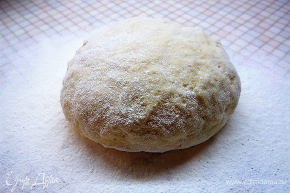Замешиваем мягкое, эластичное тесто, заворачиваем его в пищевую пленку и убираем в холодильник на 30 минут.