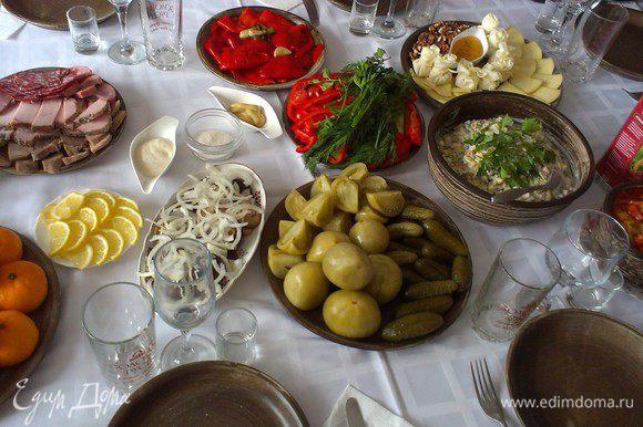 Есть два варианта подачи на стол. Салат перемешиваем с заправкой и подаем в общей салатнице. Или салат подаем порционно и поливаем соусом. Приятного аппетита!