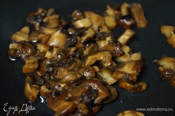 Обжариваем на подсолнечном масле грибы до готовности.