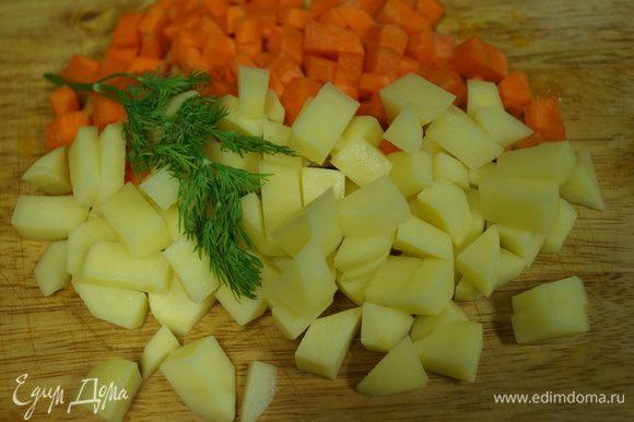 Кубиками режем картофель и морковь.