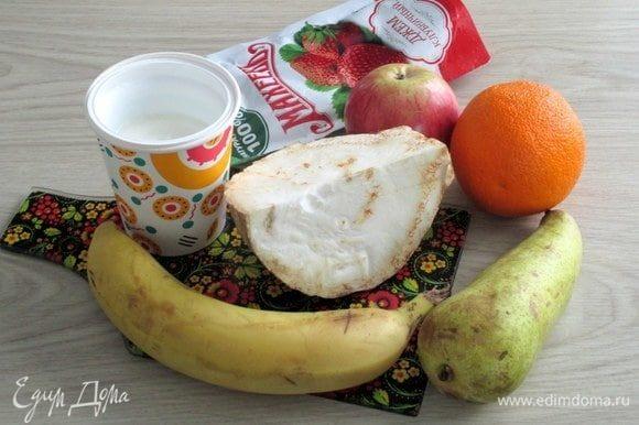 Для интересного и гармоничного салата из фруктов и корневого сельдерея подготовьте ингредиенты.