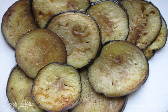 Хорошо обжарить с двух сторон на оставшемся оливковом масле. Оливкового масла для обжарки баклажанов у вас может уйти чуть больше, баклажаны любят масло. Распределить их на большом блюде, покрытом бумажной салфеткой (чтобы избавиться от излишков жира), посолить, поперчить.