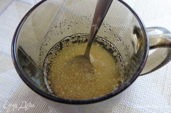 Желатин заливаем водой комнатной температуры и оставляем на 10 минут. Затем нагреваем до растворения желатина.