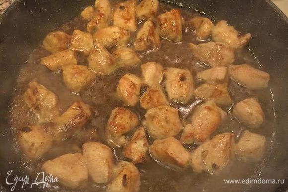 Затем добавить кипяток и тушить мясо до готовности.