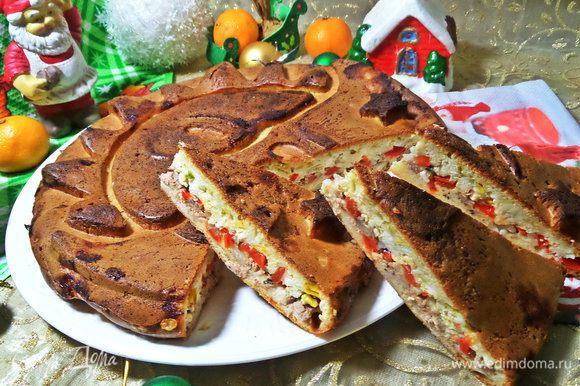Куски пирога легко можно взять с собой на работу, в гости или пикник, начинка не высыпается, как видите, да и сыр делает свое дело.