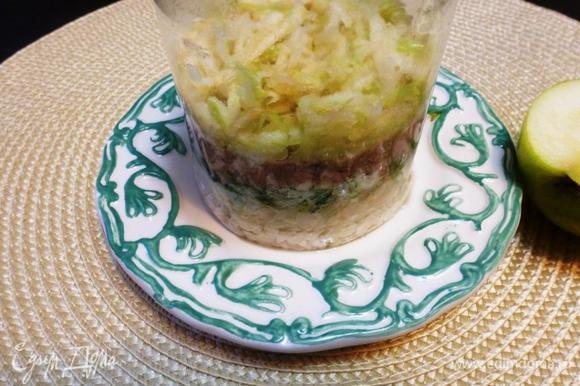 Последний слой это натертое на терке кислое яблоко и немного майонеза. Украсим зеленью, маслинами.