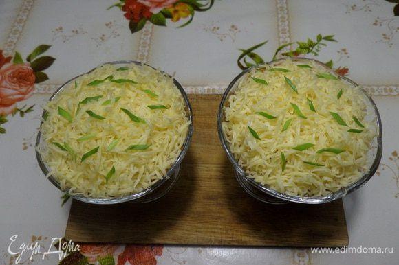 Выкладываем натертый сыр и нарезанную зелень.