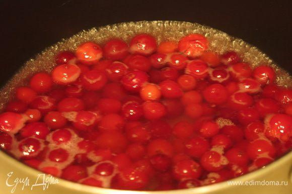 Готовим соус: в 75 мл вина провариваем клюкву.