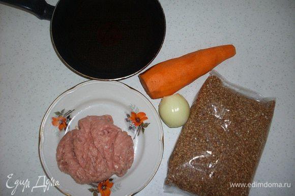 Приготовим гречневую крупу (перебрать, промыть). Фарш индейки (готовый или перемолоть самостоятельно). Луковицу, морковь, приправы, соль, перец, растительное масло.