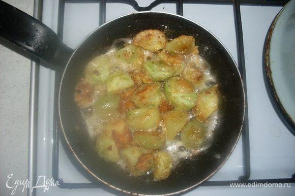Обжарить помидоры до готовности.