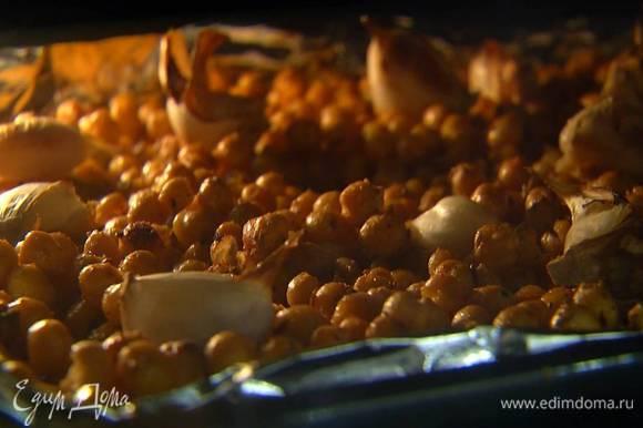 Запекать нут в разогретой духовке 15‒20 минут.