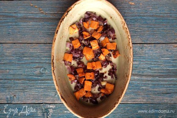 Также в сковороде обжарьте морковь и положите в форму для запекания.