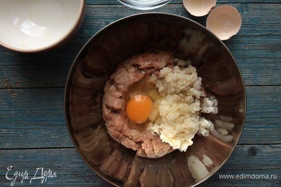 В фарш добавьте измельченный лук, яйцо, рис, листики молодого тимьяна, затем посолите, поперчите, тщательно перемешайте.