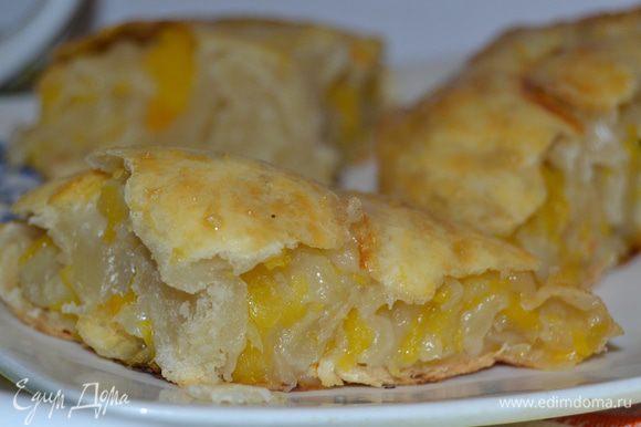 В готовом изделии начинка получается сочной и вкусной, а тесто почти не заметно.
