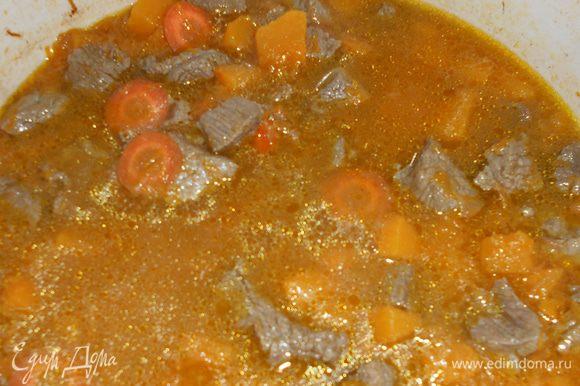Вторую морковь режем тонкими кружочками, добавляем к мясу и овощам, заливаем кипятком. Даем вскипеть и перекладываем все в мультиварку.
