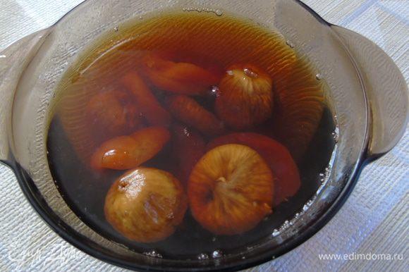 Завариваем чай и заливаем курагу с инжиром. Оставляем примерно на 1 час, время зависит от сухости инжира.