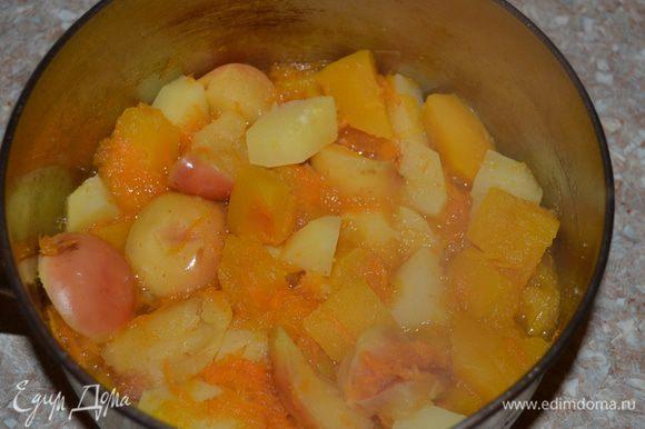 Сложить все овощи и фрукты в кастрюлю, залить водой, чтобы покрывала содержимое, посолить и варить в течение 20 минут.