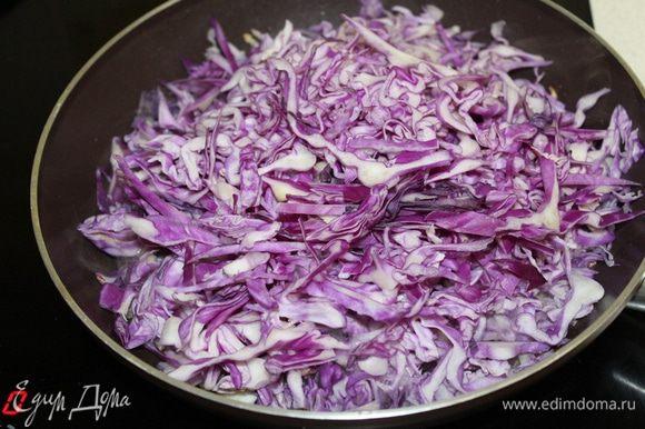 Добавить нашинкованную капусту, потушить 3 — 4 минуты.