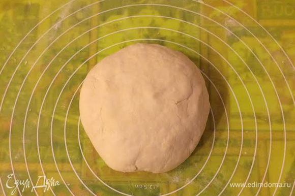 Замесить гладкое, нежное тесто (если нужно добавить остатки муки, но постепенно). Завернуть тесто в пленку и отправить в холодильник на 30 минут.
