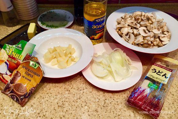 Так как суп готовится очень быстро, предлагаю начать с подготовки всего необходимого: чистим картофель и нарезаем небольшими брусочками, трем морковь на терке, режем помытые шампиньоны, режем зелень. Лук чистим и нарезаем перьями.
