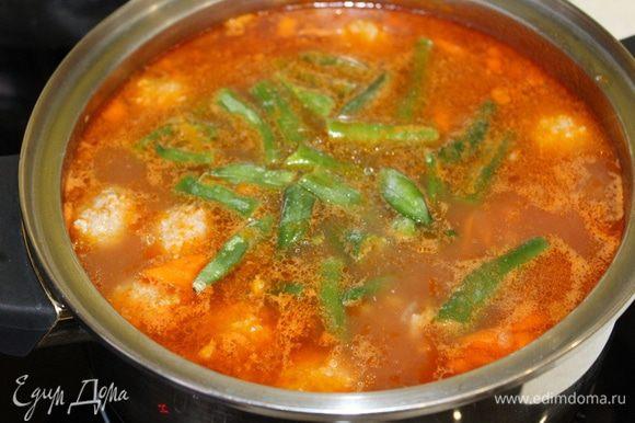 Добавьте замороженную фасоль. Размораживать ее не надо. Доведите суп до кипения.