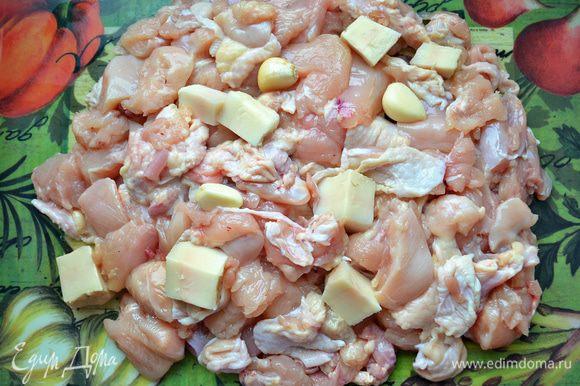 Отделить филе от костей, прокрутить вместе с чесноком и маслом через мясорубку.