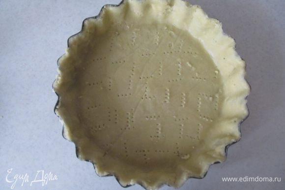 Переносим тесто в форму, накалываем его по всей поверхности, накрываем пергаментом и отправляем в холодильник минимум на 1 час. Такое тесто при желании можно оставить в холодильнике на сутки.