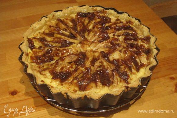 Подогреваем в сотейнике абрикосовый джем и покрываем им верх пирога. Я использовала домашний абрикосовый джем с грецкими орехами. Можно использовать любое любимое абрикосовое варенье вместо джема.