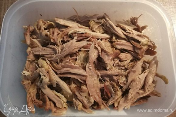 Утку отварить до готовности, остудить, мясо отделить от кости и нарвать на кусочки.