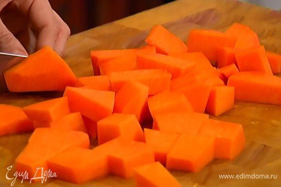 Морковь почистить, нарезать маленькими кубиками и поместить в небольшую кастрюлю.