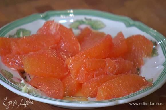 Оставшиеся апельсины очистить от кожуры и вырезать мякоть, сохранив выделившийся при этом сок.
